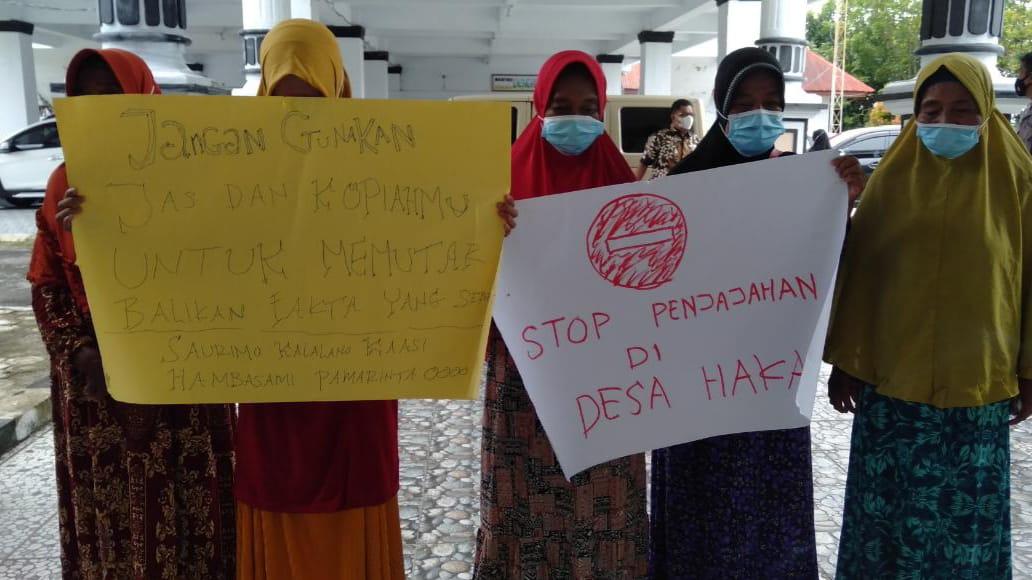 Para Ibu Rumah Tangga (IRT) dari desa Haka bertandang ke kantor DPRD, mendesak pemerintah untuk dapat menyelesaikan permasalahan tapal batas desa.