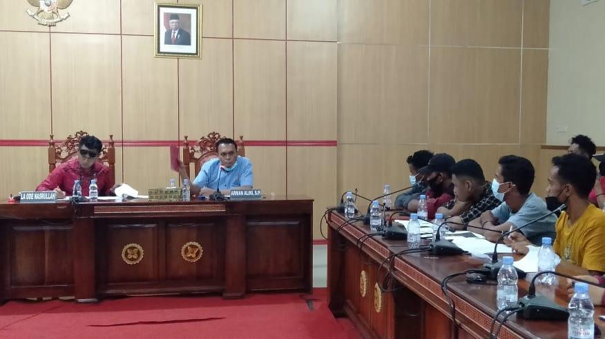 Tampak Ketua Komisi I Arman Alini dan Wakil Ketua I DPRD H Arifuddin saat menerima aspirasi warga