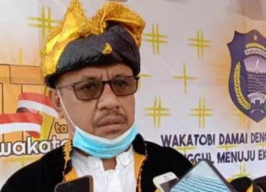 Ketua DPRD Wakatobi H. Hamiruddin saat diwawancarai media. (foto: IST)