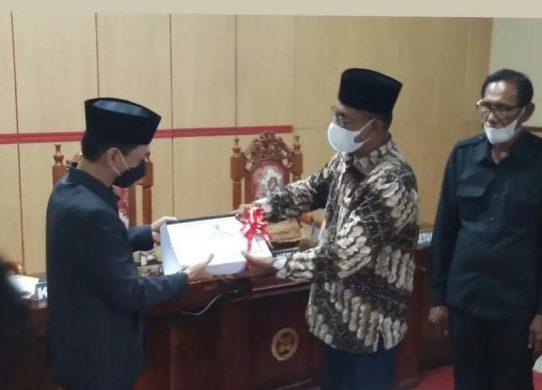 Ketua DPRD Wakatobi Hamiruddin menerima dokumen Perda ABPD perubahan 2021 dari Bupati Wakatobi Haliana dalam sidang paripurna DPRD, Rabu 29 September 2021.
